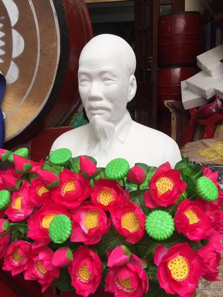 Hoa sen trang trí tượng Bác